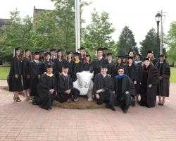 2016 Spring graduating class poses with Dr. Hunnicutt and the campus Uga statue